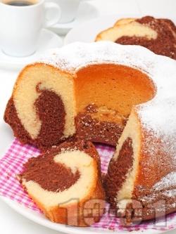 Цветен пухкав кекс / сладкиш с какао - снимка на рецептата